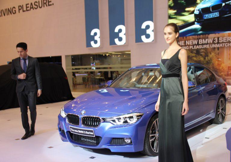 Dua Mobil BMW Baru Menarik Perhatian Pengunjung di BMW Pavilion