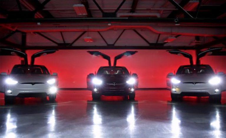 Rayakan Natal dan Tahun Baru, Tesla Buat Video Menarik Menggunakan Model X