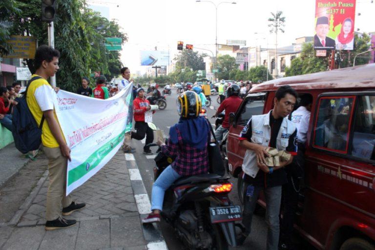 Jalankan Zakatnesia, Dompet Dhuafa dan Honda Vario Club Bagikan Ribuan Takjil di Bekasi