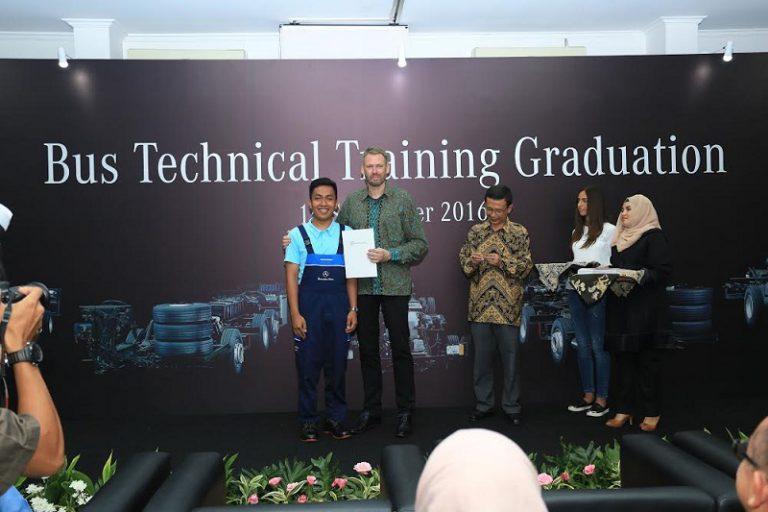 Mercedes-Benz Indonesia Serahkan Sertifikat Kelulusan Angkatan Pertama Bus Technical Training