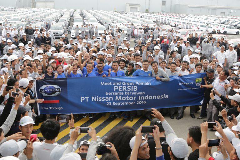 Karyawan Pabrik Nissan-Datsun Dapat Kejutan Dari Tim Persib Bandung