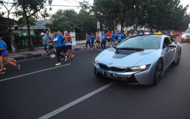 Hari Ini, BMW i8 Temani Para Pelari Marathon di Bandung