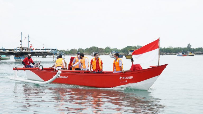 Dibantu KKP RI, Telkomsel Salurkan 10 Unit Kapal Penangkap Ikan dan Sosialisasi Aplikasi Fish-On