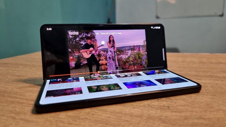 Ini Lima Gaya Unik Menonton Film di Samsung Galaxy Z Fold3 5G